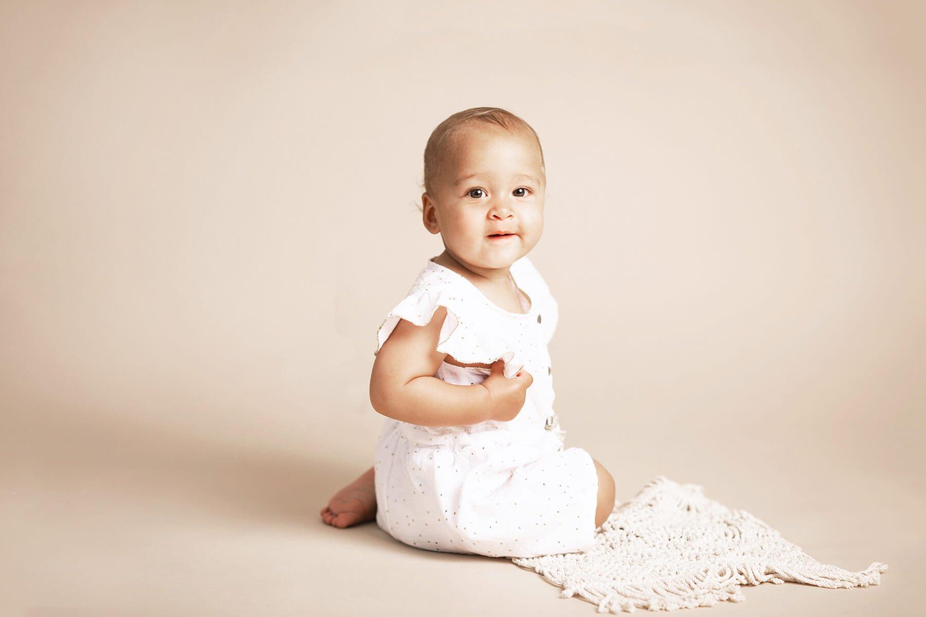 séance photo grand bébé 6-9 mois quand bébé se tiens assis Photographe Nord-Isère proche Lyon